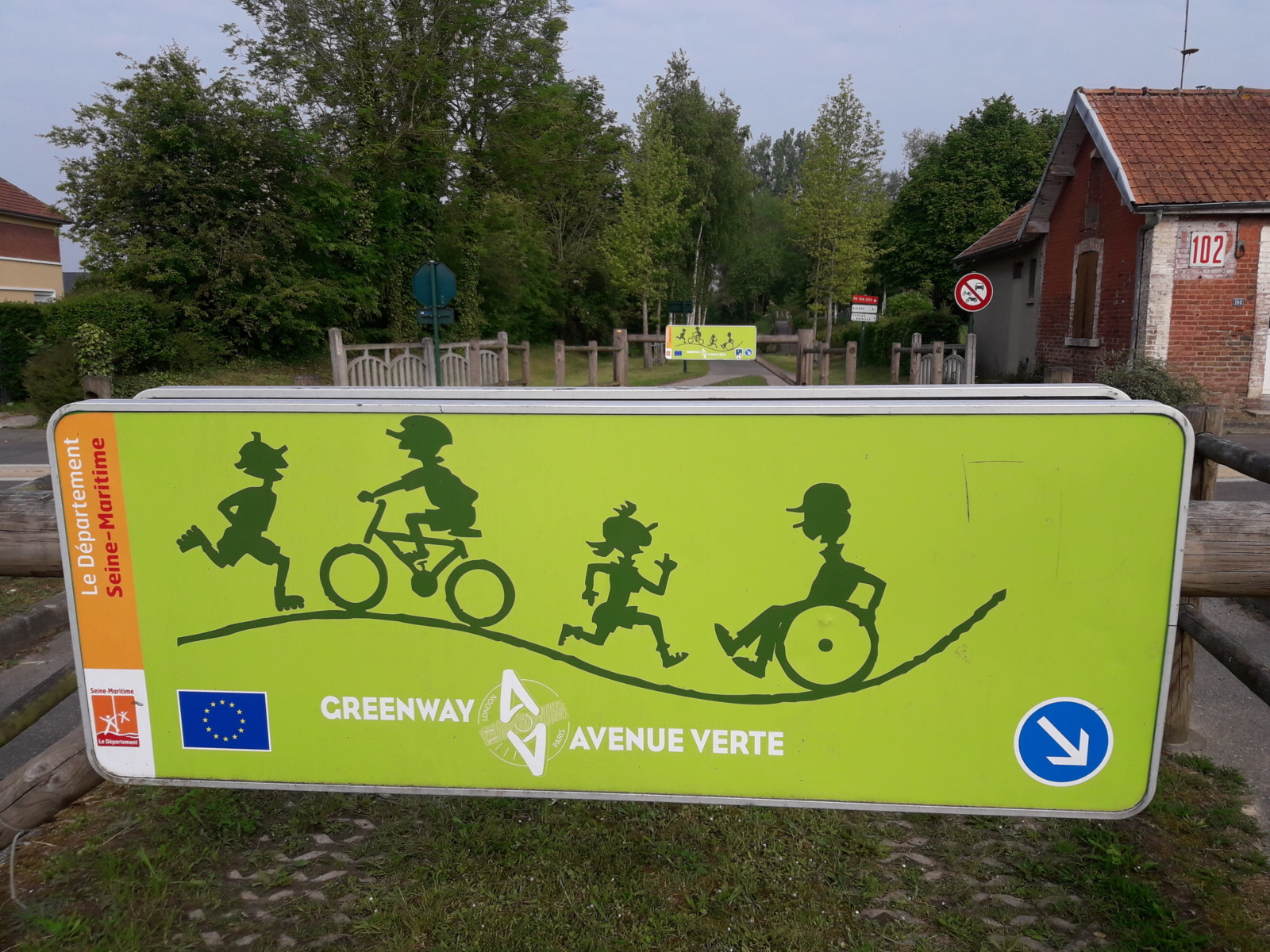 Roast sign with bikes and people on it